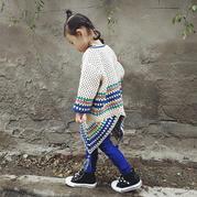 回头率超高的儿童钩针母方格流苏罩衫