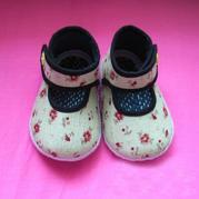 简单可爱带鞋襻的布艺宝宝鞋
